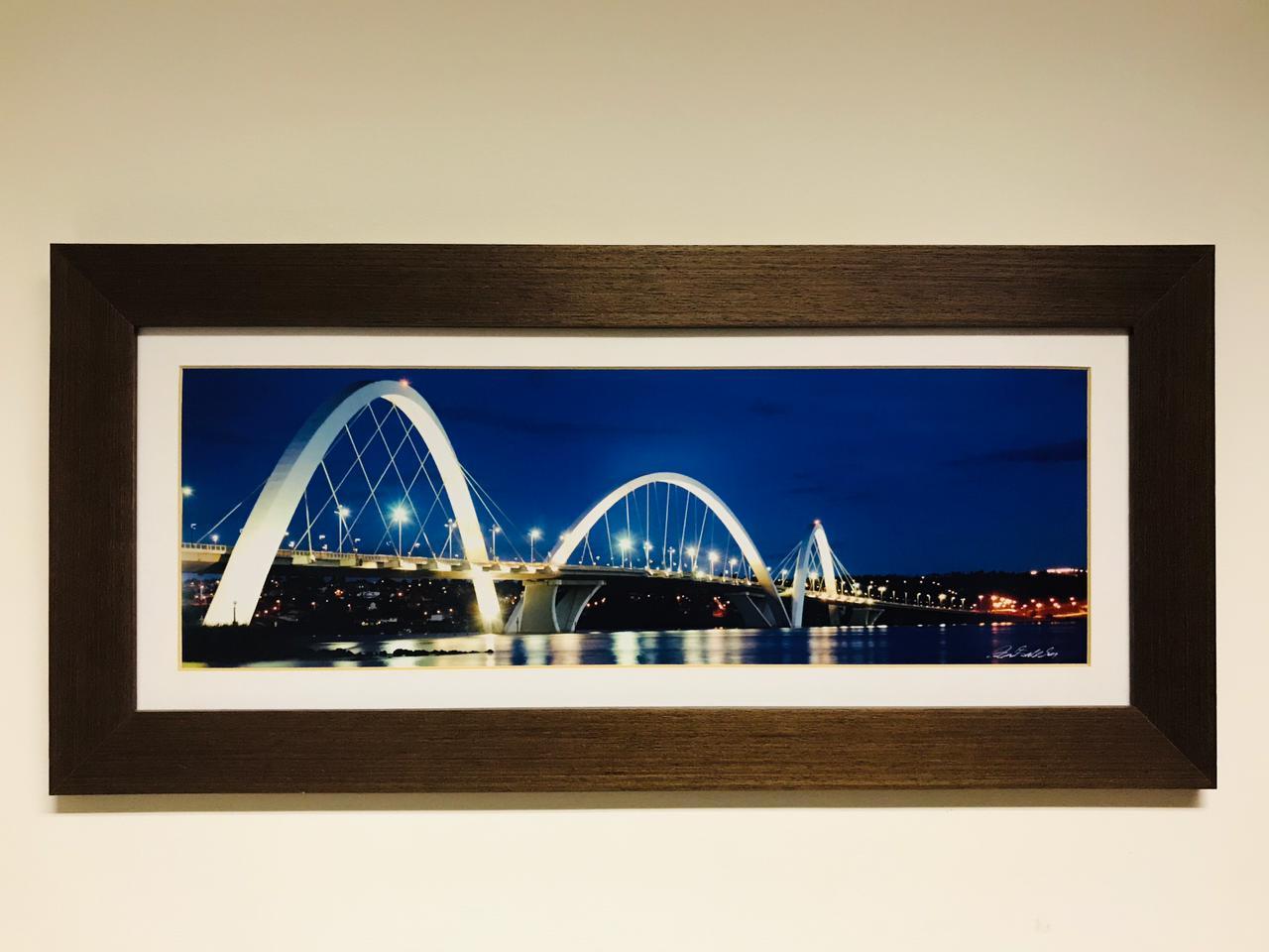 Quadro com uma fotografia da Ponte JK